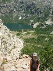 Au fond de la vallée de la Restonica, une fois le lac Melo franchi, le sentier rocailleux se poursuit. (Copyright Mas&Ratti)