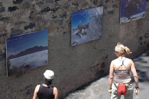 Déjà pendant l'été 2011 les touristes ont découvert à travers Corte les photos des artistes amateurs. (Copyright Mas&Ratti)