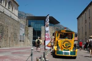 L'entrée du musée de Corte (à gauche) et le petit train touristique. (copyright Mas&Ratti)