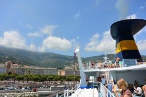 Les touristes restent majoritairement adeptes des traversées maritimes, mais le nombre de voyageurs baisse au bénéfice de l'aérien. -Copyright Pierre-Yves Ratti)